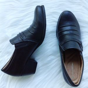 Like new Naturalizer black heeled shoes loafers